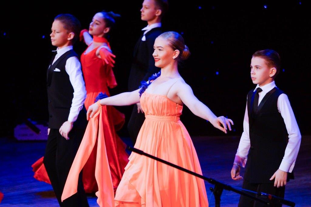 В ДК «Синтез» отметили День матери праздничным концертом