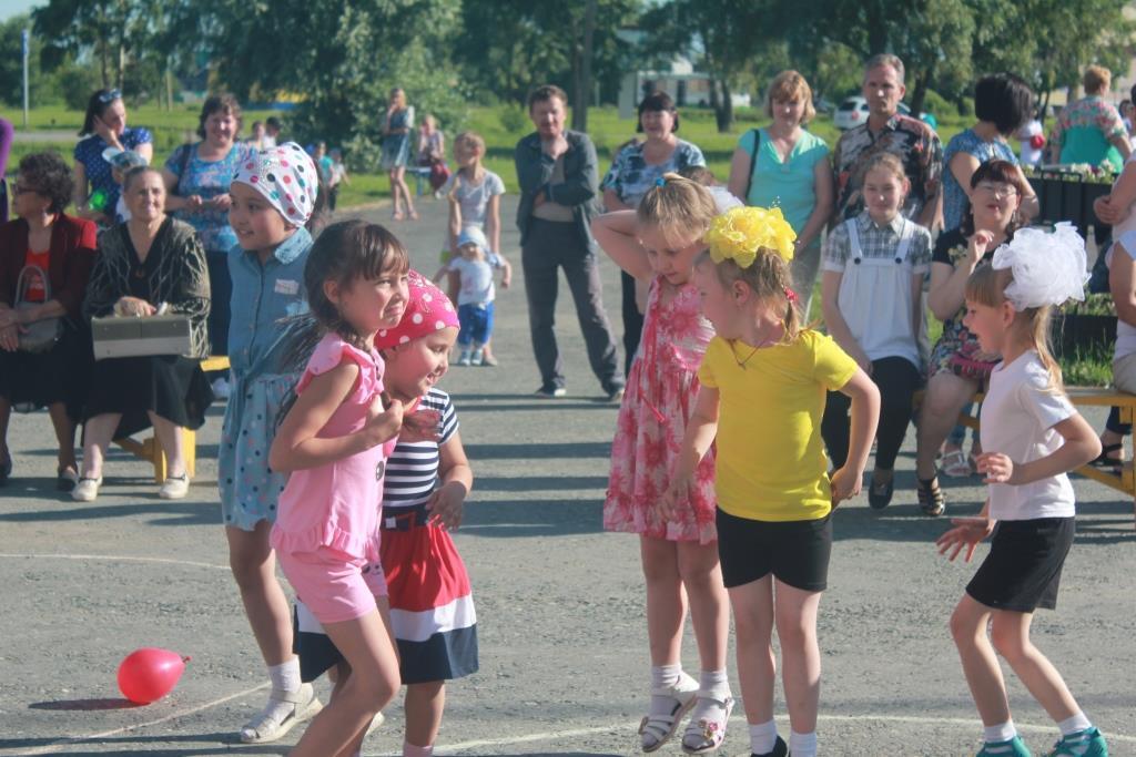 На площади ДК«Речник» состоялась праздничная программа, посвященная Дню семьи, любви и верности
