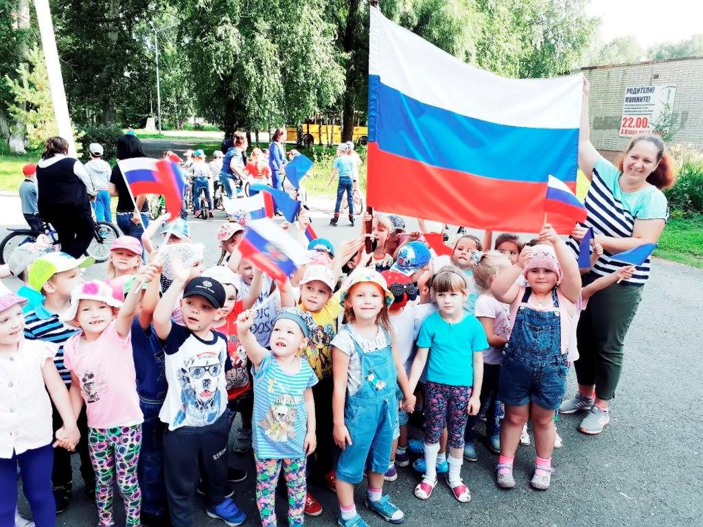 Жители Иртышского отметили День российского флага
