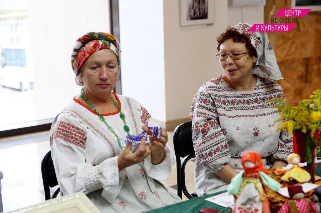 В преддверии Дня пожилого человека в ДК «Синтез» работали две выставки