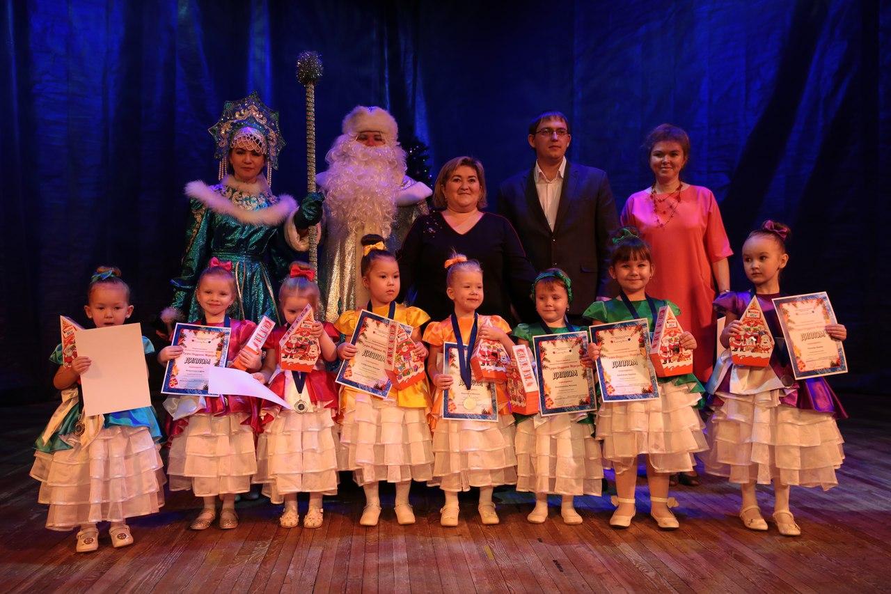 В ДК «Синтез» прошел городской фестиваль вокального исполнительского мастерства «Узоры Дедушки Мороза»